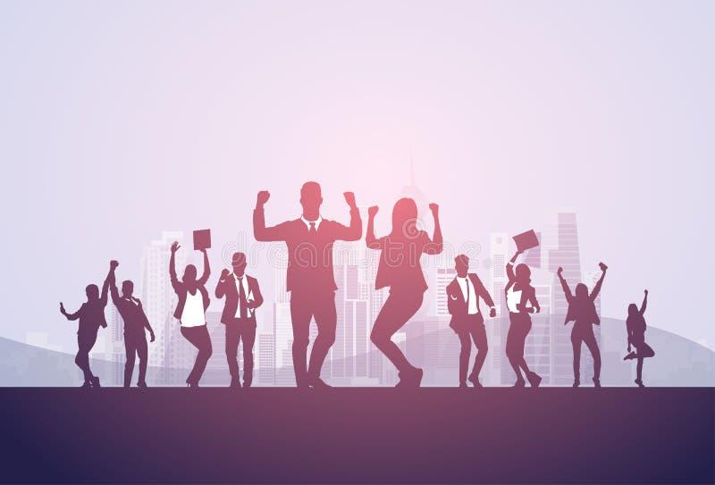 Do grupo os executivos da posse entusiasmado da silhueta entregam acima dos braços aumentados, sucesso do vencedor do conceito do ilustração royalty free