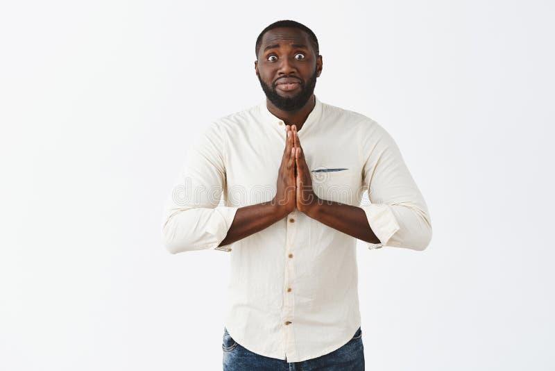 Do homem ajuda da necessidade realmente que pede o favor do amigo que sente intenso e nervoso Indivíduo afro-americano engraçado  imagens de stock