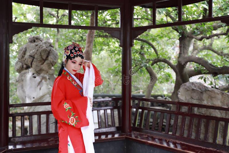 Do jardim chinês do pavilhão dos trajes de Opera de Pequim de Peking da atriz de Aisa a dança tradicional do vestido do jogo do d imagem de stock royalty free