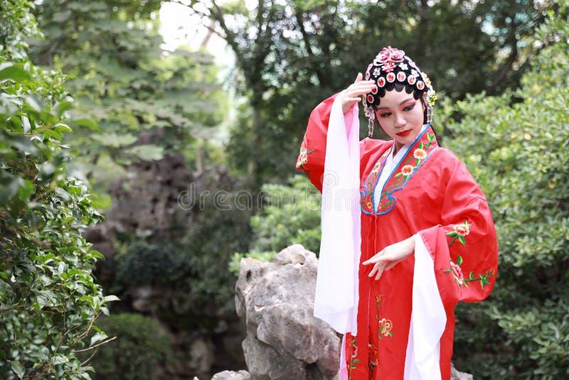 Do jardim chinês do pavilhão dos trajes de Opera de Pequim de Peking da atriz de Aisa a dança tradicional do vestido do jogo do d foto de stock royalty free