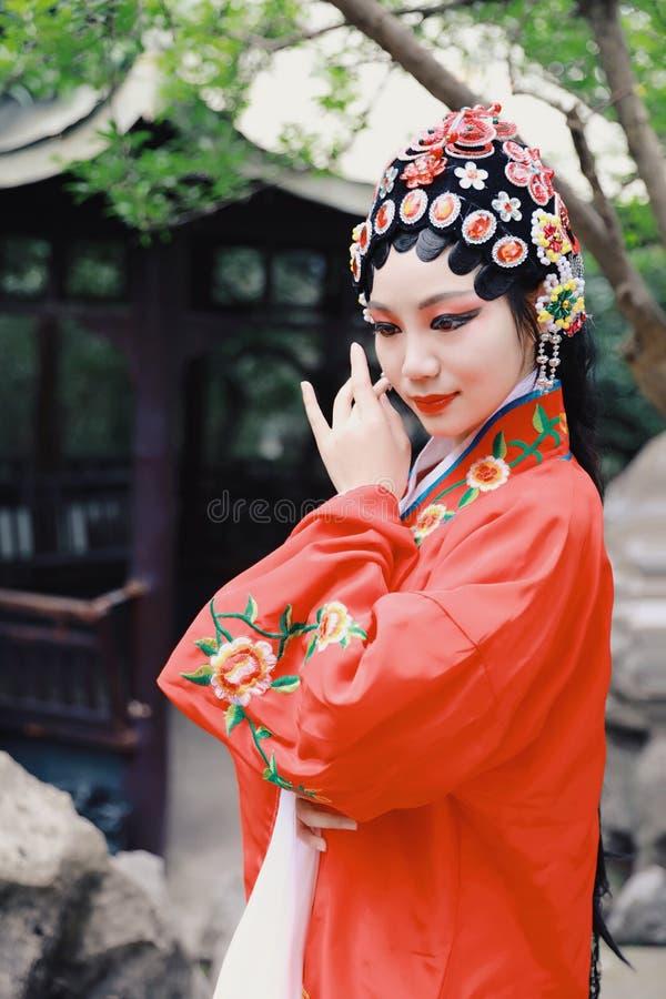 Do jardim chinês do pavilhão dos trajes de Opera de Pequim de Peking da atriz de Aisa a dança tradicional do vestido do jogo do d fotos de stock royalty free