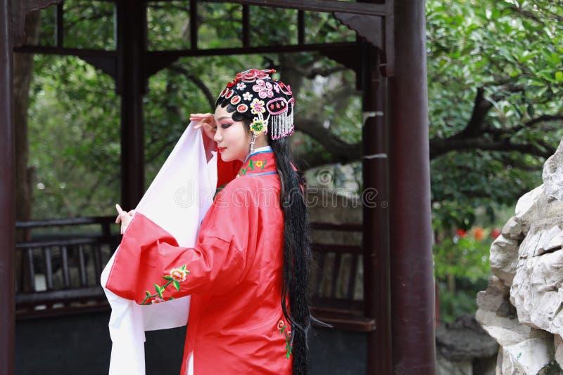 Do jardim chinês do pavilhão dos trajes de Opera de Pequim de Peking da atriz de Aisa a dança tradicional do vestido do jogo do d imagens de stock