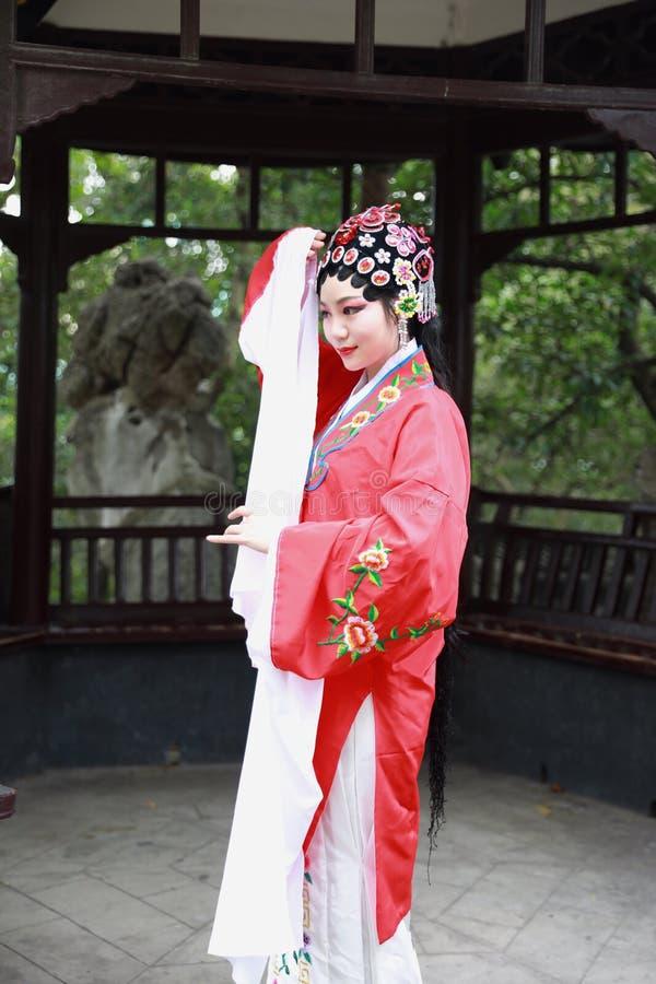 Do jardim chinês do pavilhão dos trajes de Opera de Pequim de Peking da atriz de Aisa a dança tradicional do vestido do jogo do d fotos de stock