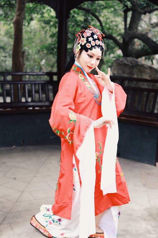 Do jardim chinês do pavilhão dos trajes de Opera de Pequim de Peking da atriz de Aisa a dança tradicional do vestido do jogo do d imagem de stock