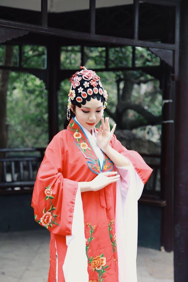 Do jardim chinês do pavilhão dos trajes de Opera de Pequim de Peking da atriz de Aisa a dança tradicional do vestido do jogo do d imagens de stock royalty free