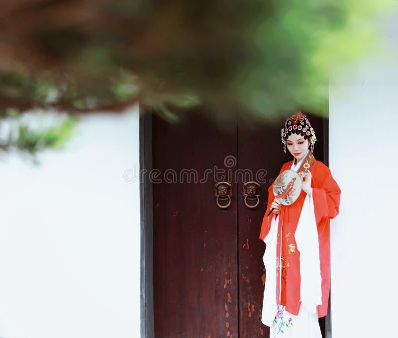 Do jardim chinês do pavilhão dos trajes de Opera de Pequim de Peking da mulher de Aisa a dança tradicional do vestido do jogo do  fotos de stock