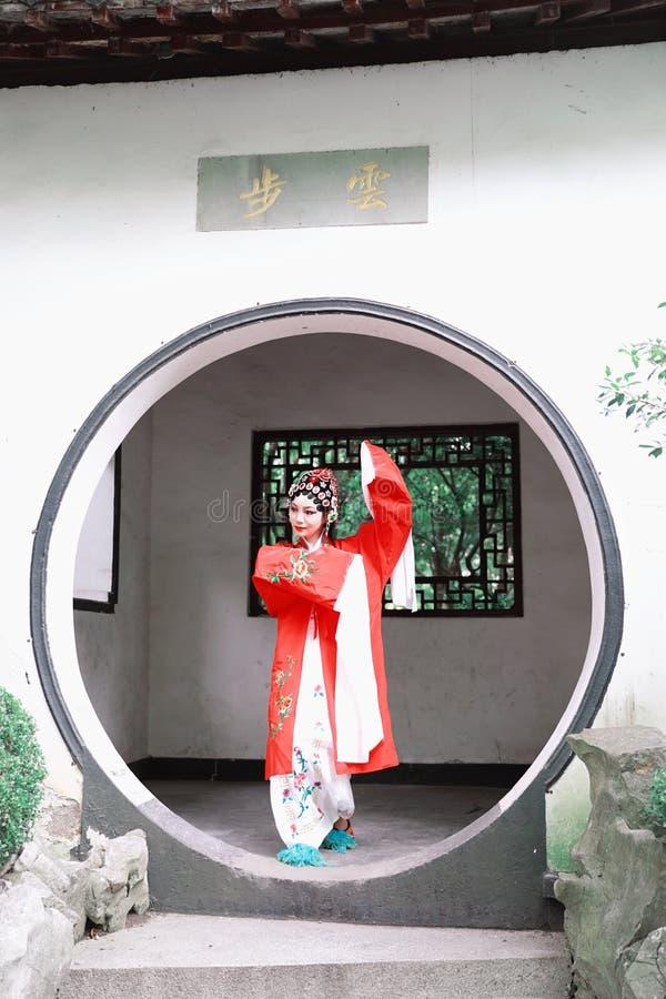 Do jardim chinês do pavilhão dos trajes de Opera de Pequim de Peking da mulher de Aisa a dança tradicional do vestido do jogo do  imagens de stock royalty free