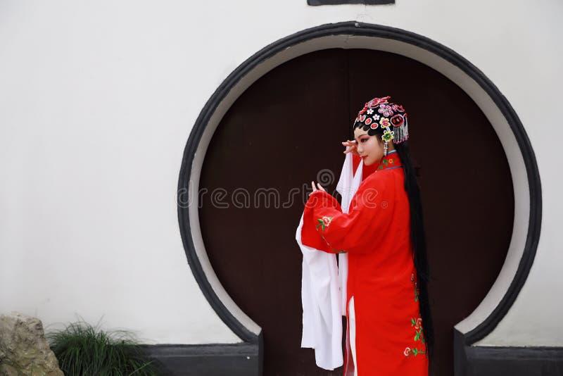 Do jardim chinês do pavilhão dos trajes de Opera de Pequim de Peking da mulher de Aisa a dança tradicional do vestido do jogo do  imagens de stock