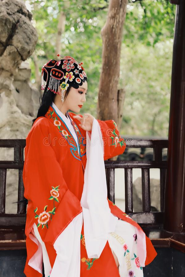 Do jardim chinês do pavilhão dos trajes de Opera de Pequim de Peking da mulher de Aisa a dança tradicional do vestido do jogo do  imagem de stock royalty free