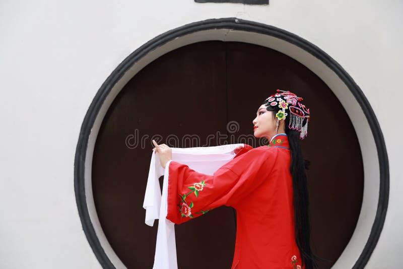 Do jardim chinês do pavilhão dos trajes de Opera de Pequim de Peking da mulher de Aisa a dança tradicional do vestido do jogo do  fotos de stock royalty free