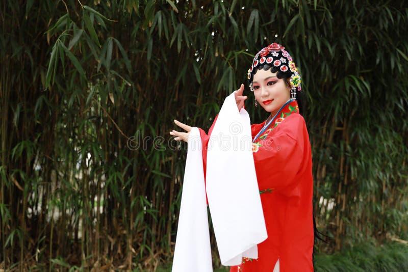 Do jardim chinês do pavilhão dos trajes de Opera de Pequim de Peking da mulher de Aisa a dança tradicional do vestido do jogo do  fotografia de stock