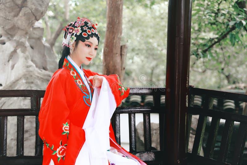 Do jardim chinês do pavilhão dos trajes de Opera de Pequim de Peking da mulher de Aisa a dança tradicional do vestido do jogo do  imagem de stock