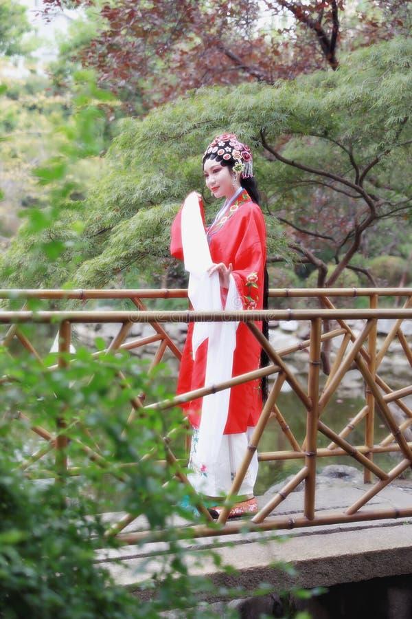 Do jardim chinês do pavilhão dos trajes de Opera de Pequim de Peking da mulher de Aisa a dança tradicional do vestido do jogo do  fotografia de stock royalty free