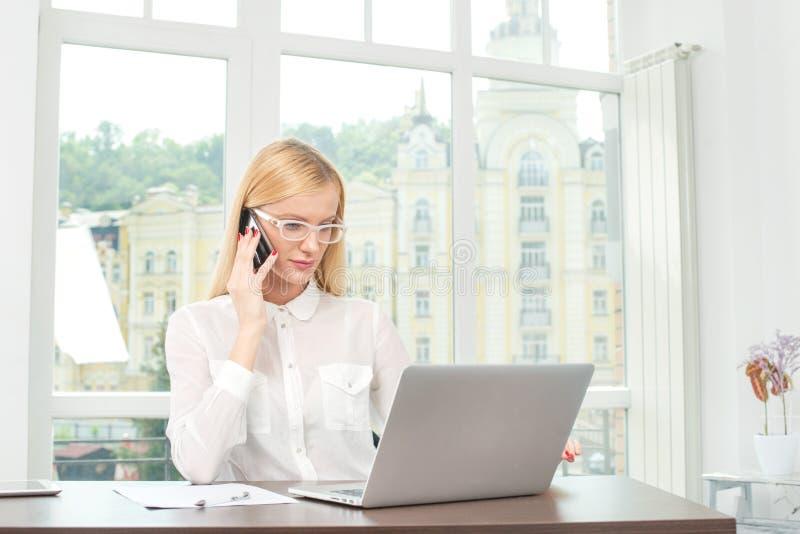 Do klienta biznesowa biznesowa kobieta trzyma a.c. w szkłach zdjęcia stock