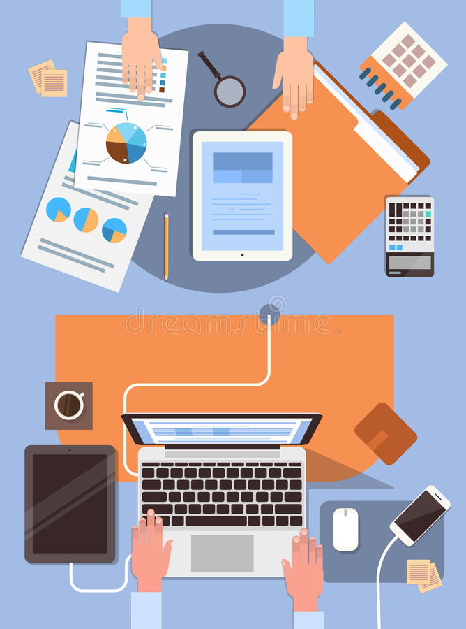 Do local de trabalho executivos das mãos da mesa que trabalham o escritório da opinião de ângulo superior do portátil e do tablet ilustração do vetor