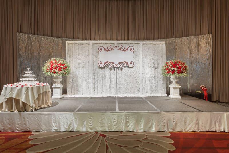 Do luxo a fase do casamento dentro decora com torre do champanhe foto de stock