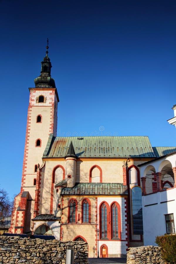 Do marco velho da cidade de Banska Bystrica igreja gótico em Eslováquia fotos de stock royalty free