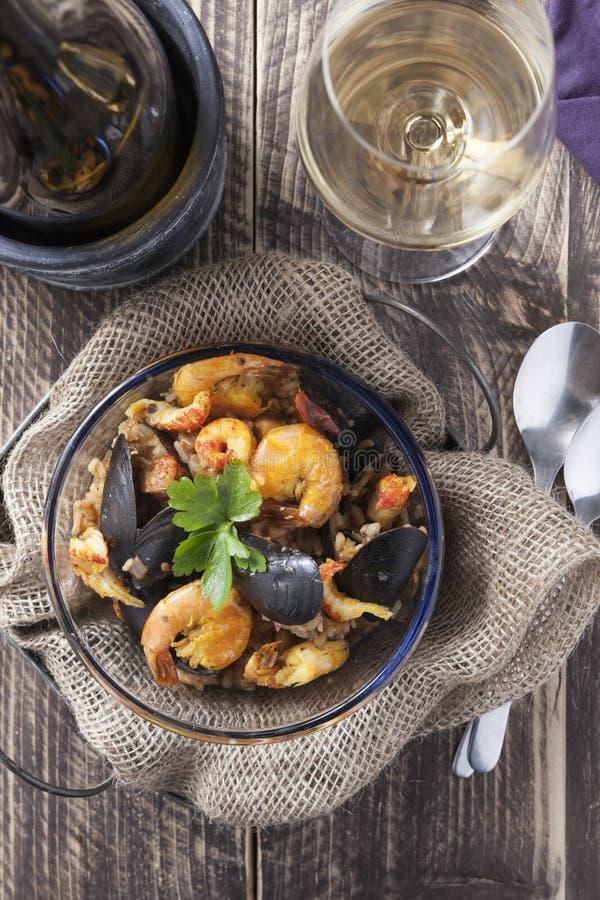 Do marisco portugese do paella de Arroz de marisco prato rústico do verão do arroz imagens de stock