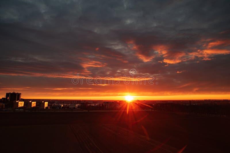 Do nascer do sol da cidade natureza clara alaranjada adiantada do campo afastado imagens de stock royalty free