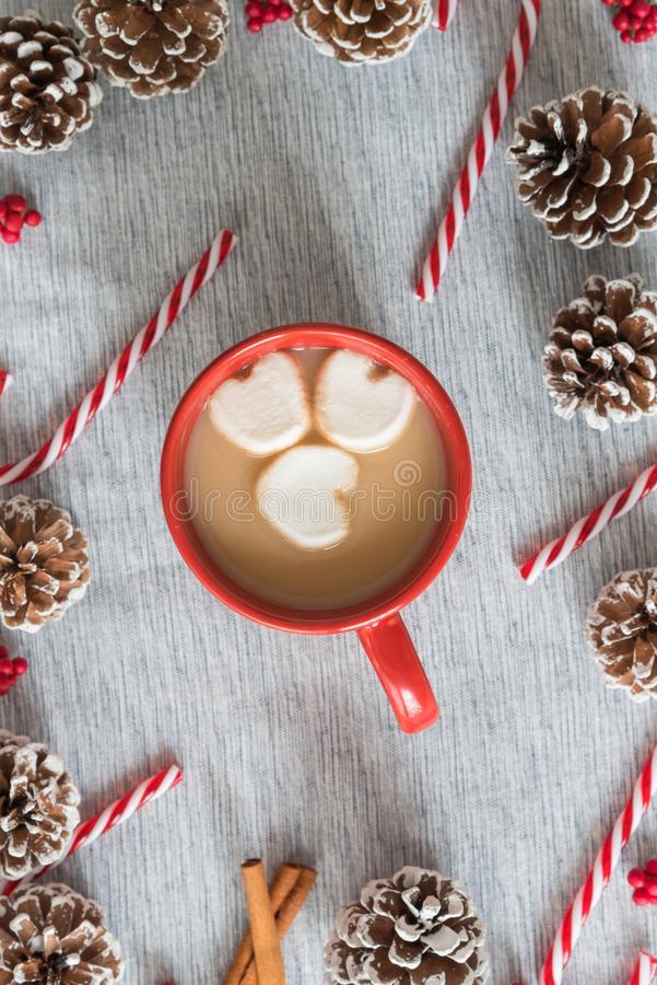 Do Natal da liso-configuração chocolate quente da vida ainda na caneca vermelha com marshmallows coração-dados forma foto de stock royalty free