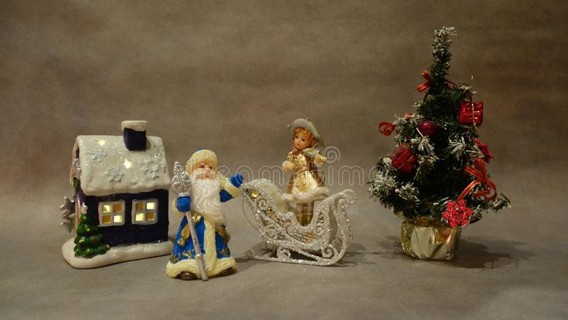 Do Natal vida ainda, brinquedos Santa Claus e violinista novo da neve perto da árvore de Natal foto de stock royalty free