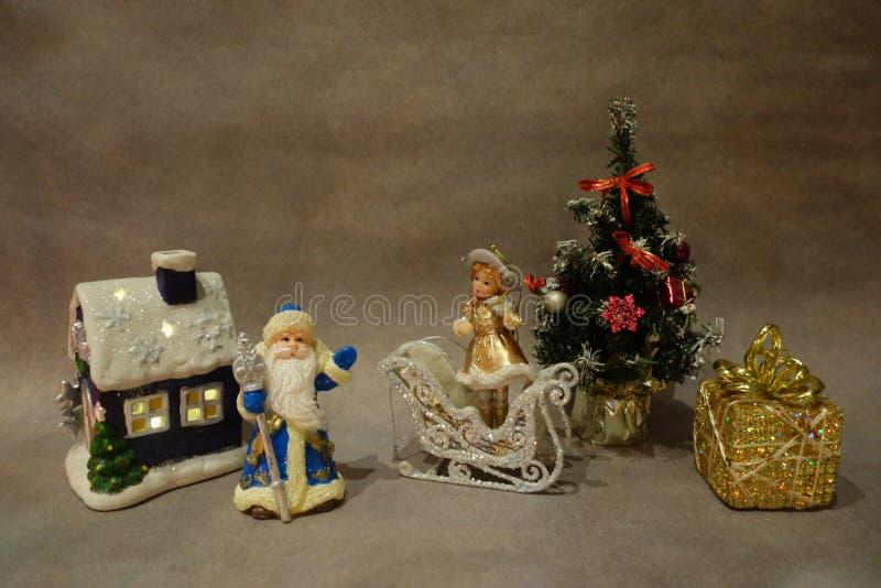 Do Natal vida ainda, brinquedos Santa Claus e violinista novo da neve perto da ?rvore de Natal imagens de stock