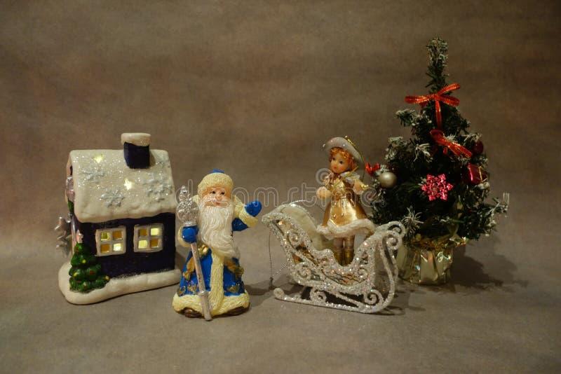 Do Natal vida ainda, brinquedos Santa Claus e violinista novo da neve perto da ?rvore de Natal imagem de stock