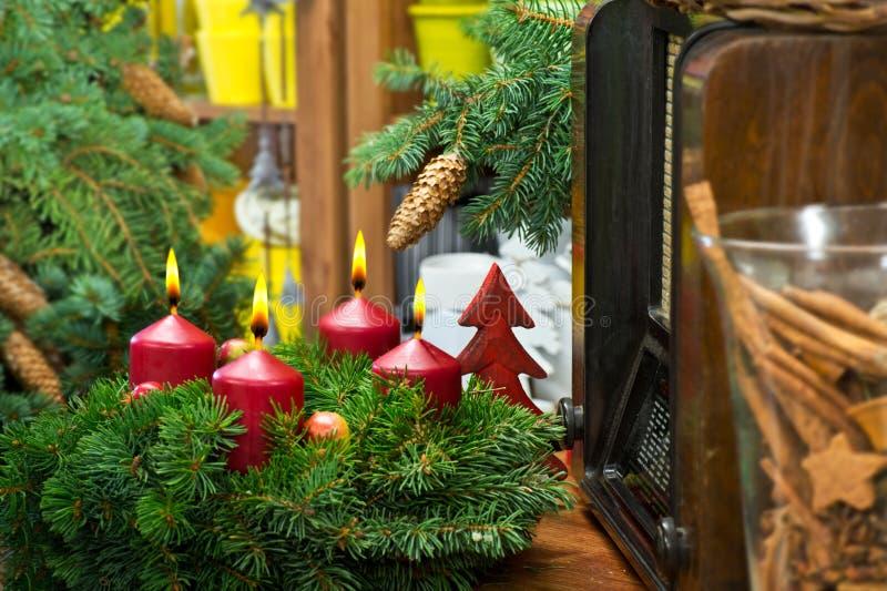Do Natal vida ainda com Advent Wreath e o rádio imagens de stock