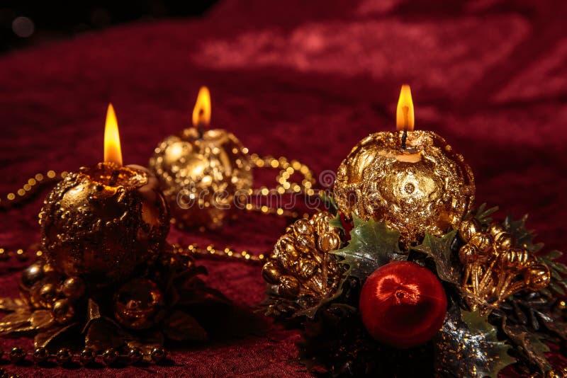 Do Natal vida ainda com velas esféricas no fundo de Borgonha fotografia de stock royalty free