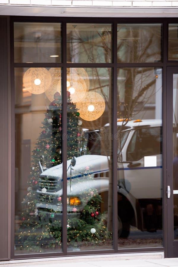 Do negócio caminhão semi na reflexão da janela do Natal fotografia de stock