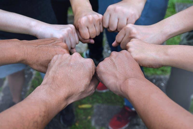 Do negócio da equipe das mãos povos eretos junto que juntam-se para o negócio do sucesso da cooperação Conceito dos trabalhos de  imagens de stock