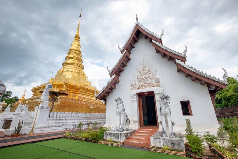 Do norte tradicional do pagode dourado antigo em Wat Phra That Chae fotos de stock