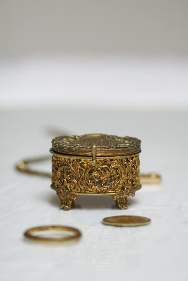 Do ouro de joia da caixa vida antiga ainda fotografia de stock