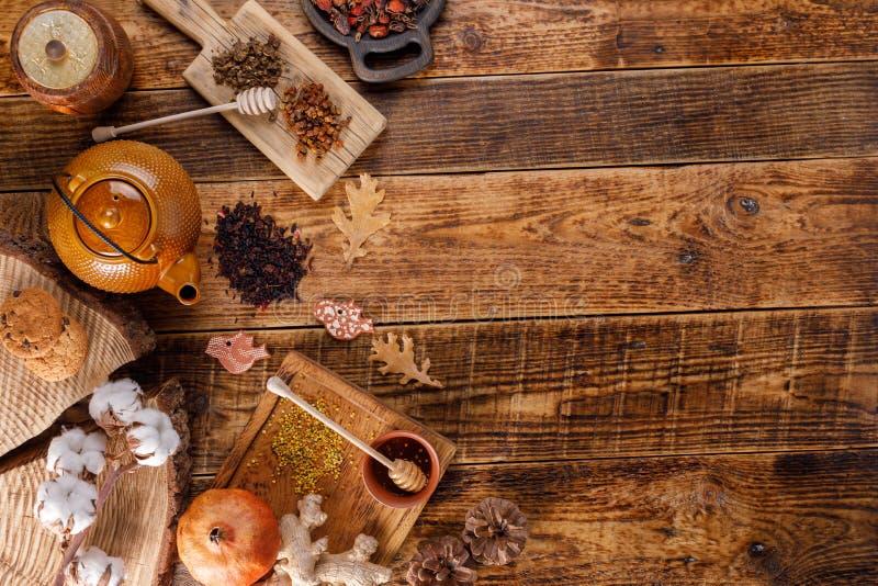 Do outono do inverno vida ainda Bule com chá em uma tabela de madeira com gengibre e rosehip do mel A configuração do apartamento imagens de stock royalty free