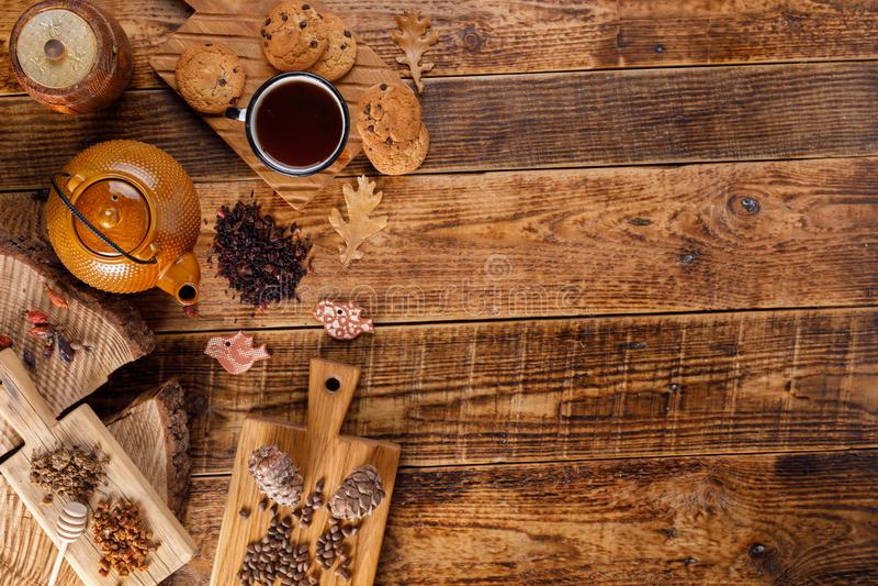 Do outono do inverno vida ainda Bule com chá em uma tabela de madeira com mel e cookies e pinhões de farinha de aveia A configura fotografia de stock