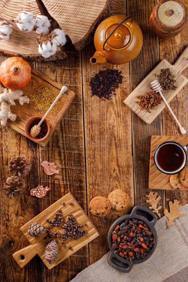 Do outono do inverno vida ainda Um bule e um copo do chá em uma tabela de madeira com presentes diferentes A configuração do apar foto de stock