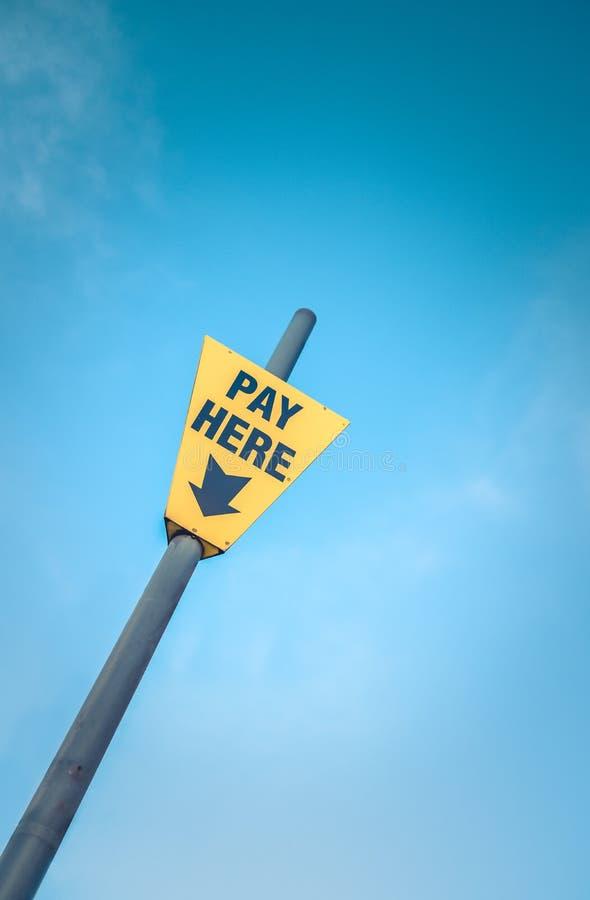 Do pagamento sinal amarelo aqui fotos de stock