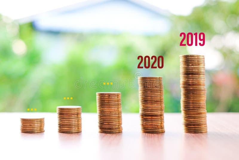 2019 do 2020, Pieniądze zmniejszyły się, nie oszczędzając na bieżącą sytuację Coronavirus lub COVID-19 odizolowane na tle natury  obraz royalty free