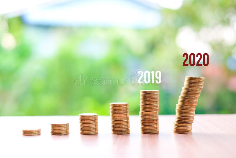 2019 do 2020, Pieniądze zmniejszyły się, nie oszczędzając na bieżącą sytuację Coronavirus lub COVID-19 odizolowane na tle natury  fotografia royalty free