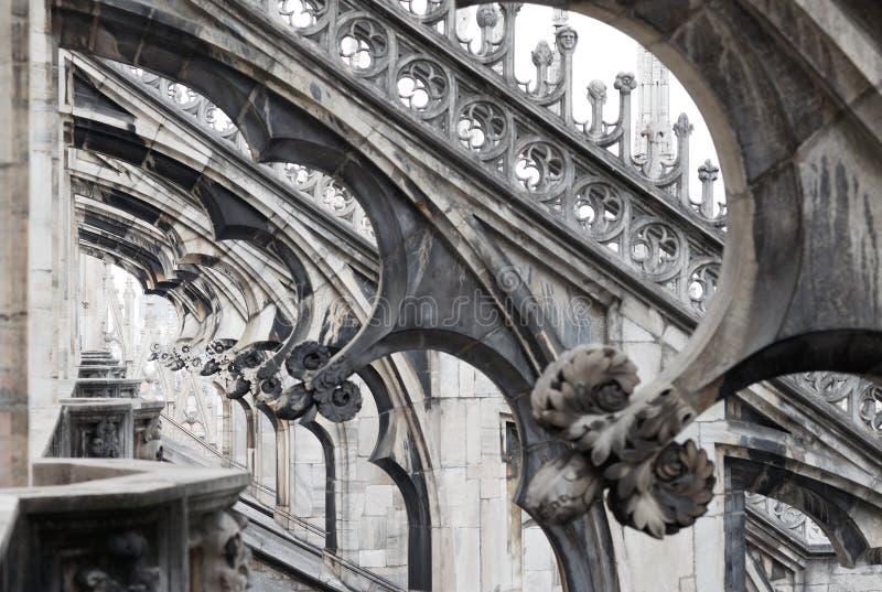 Do pináculo gótico dos ornamento do telhado da catedral de Milão estátuas aguçado dos archs foto de stock