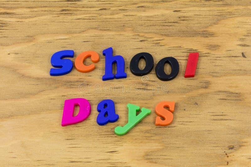 Do pré-escolar traseiro do divertimento do dia escolar plástico feliz imagens de stock royalty free