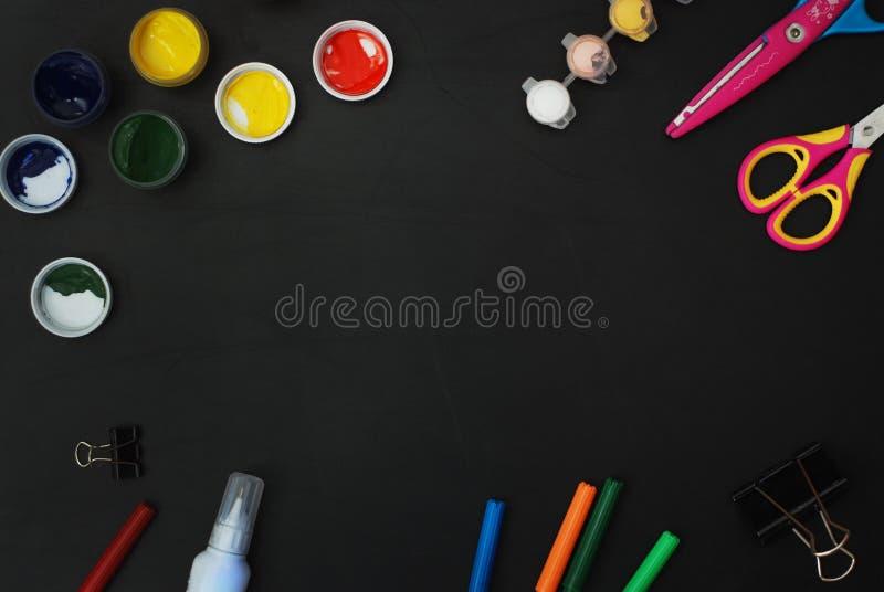 Do quadro de madeira do quadro-negro das letras de ABC das fontes de escola lápis coloridos cortados laser, pintura, tesouras fotografia de stock royalty free