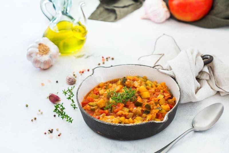 Do ragu orgânico dos vegetais do guisado ratatouille francês na frigideira imagem de stock