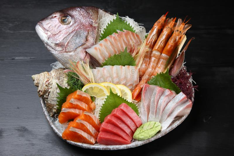 Do Sashimi inteiro dos peixes do luciano placa combinado fotografia de stock