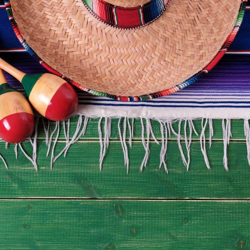 Do sombreiro mexicano de madeira do fundo do verde da beira do de Mayo do cinco de México opinião superior imagens de stock