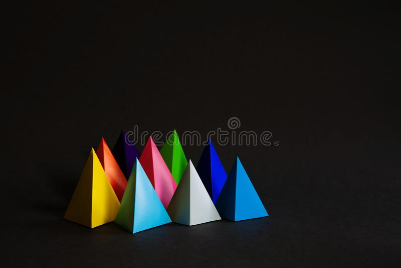 Do sumário colorido da composição de Minimalistic a forma geométrica figura no fundo preto Prisma tridimensional da pirâmide imagens de stock