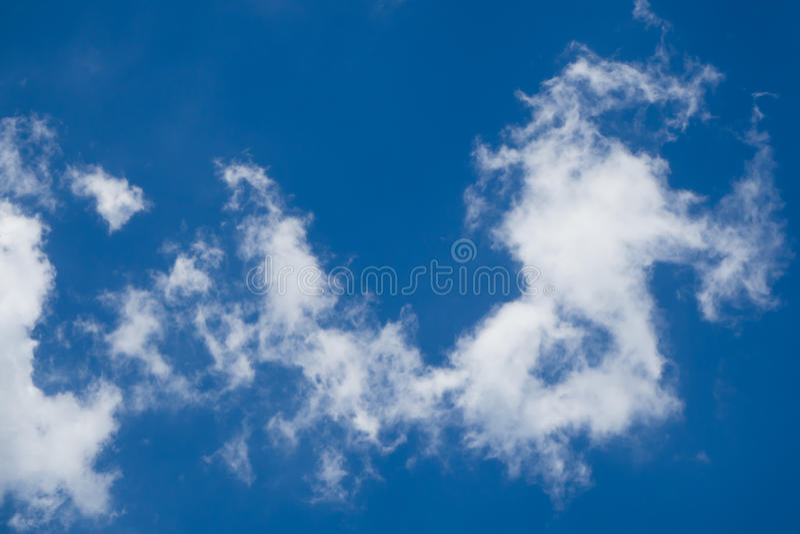 Do sumário nuvem levemente com céu azul fotografia de stock royalty free