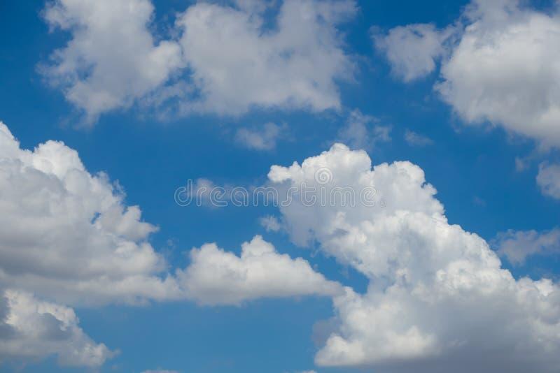 Do sumário nuvem levemente com céu azul fotos de stock royalty free