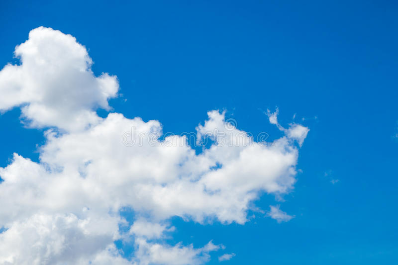 Do sumário nuvem levemente com céu azul imagem de stock