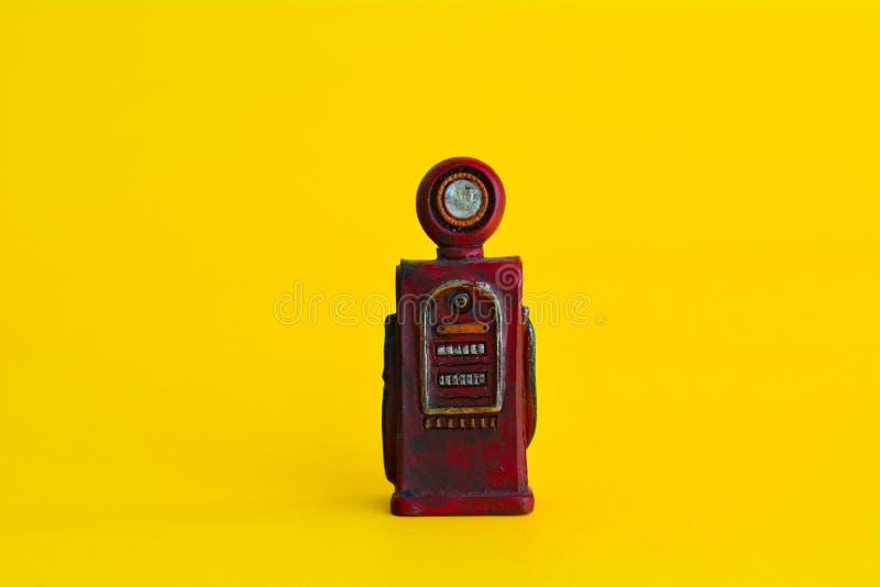Do sumário vermelho da bomba de gasolina do vintage fundo amarelo mínimo, conceito do carro fotos de stock